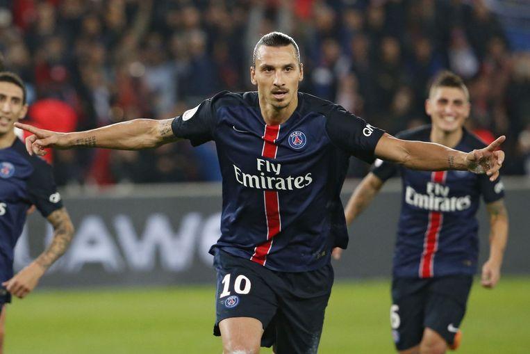 Zlatan Ibrahimovic benut een strafschop tegen Marseille en juicht Beeld afp