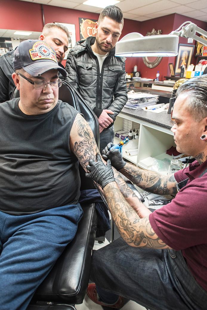 Tattooshop van Eric Borst opent zondag voor het goede doel. Tatoeages worden voor 25 euro gezet. (Foto gemaakt tijdens Week van de Techniek).