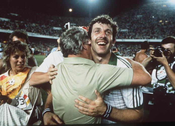 Gerry Armstrong viert de sensationele 0-1 overwinning op Spanje op het WK van 1982 met coach Billy Bingham.