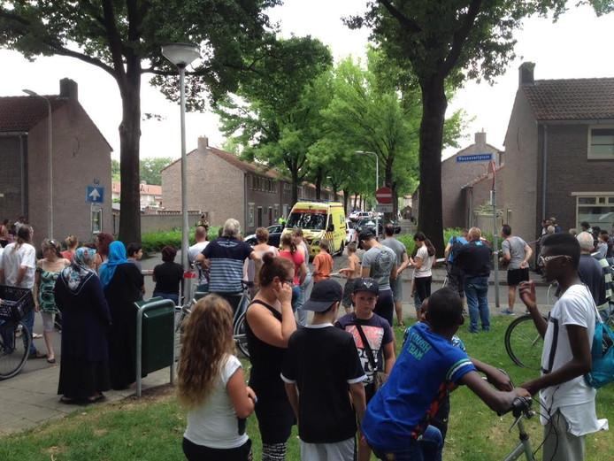 De schietpartij trekt in de wijk veel bekijks in Tilburg.