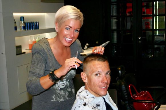 Winny hier met Philippe Gilbert in haar kapsalon in 2010.