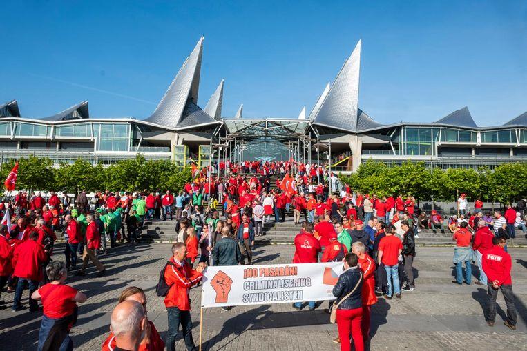 Aan het Vlinderpaleis op de Bolivarplaats is een grote groep vakbondsmensen vrijdagochtend samengekomen om hun collega's Bruno Verlaeckt en Tom D. te steunen.