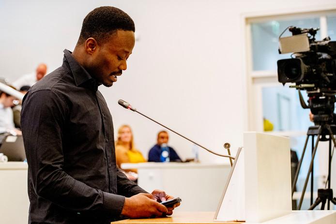 Archiefbeeld ter illustratie: KOZP-voorman Jerry Afriyie tijdens de extra vergadering over de vrijheid van demonstratie en de aanval op een vergadering van Kick Out Zwarte Piet.