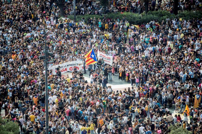 Duizenden manifestanten verzamelden vanmiddag in verschillende Catalaanse steden (hier Barcelona) tegen de veroordelingen.