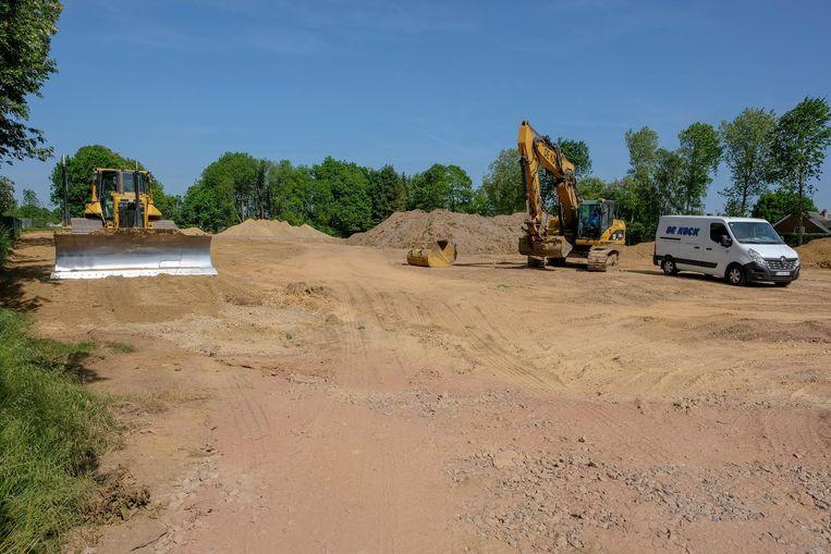 Een aannemer is begonnen met de aanleg van de sportsite.