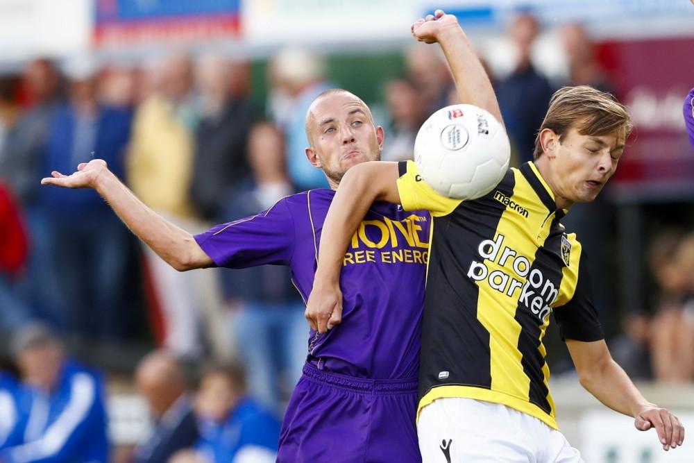 Mike de Beer van Vitesse in duel met Jelmer Vijlbrief van VVSB.
