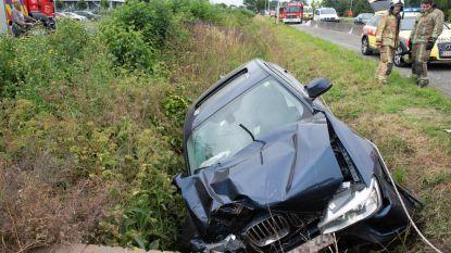 Auto rijdt in sloot: brandweer moet chauffeur bevrijden
