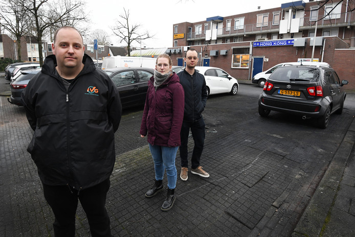 Pieter-Jan Jochems (links) wil niet alleen geld ophalen voor zijn ouders, maar ook voor Hedwig en Tobias en anderen die hun auto in vlammen op zagen gaan.