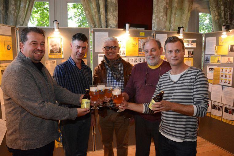 Een deel van de huidige ploeg van Gemeentebelangen, met het speciaal gebrouwen bier.