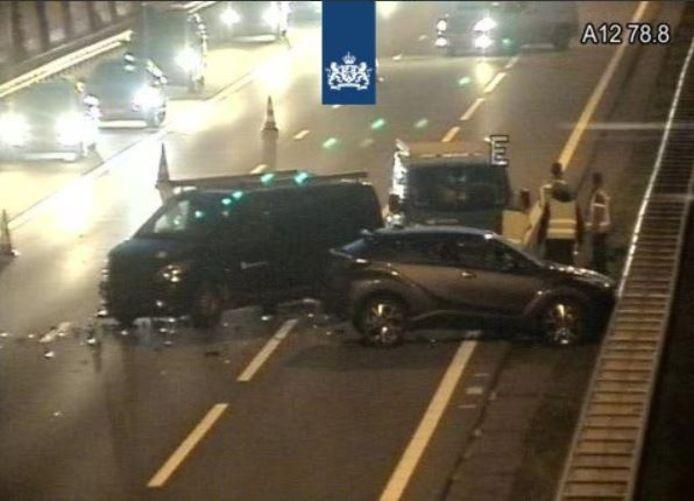 Verkeer dat over de A12 richting Utrecht rijdt, komt bij Maarsbergen in een lange file. Vanwege een ongeluk zijn drie rijstroken afgesloten. Het verkeer moet over de vluchtstrook.