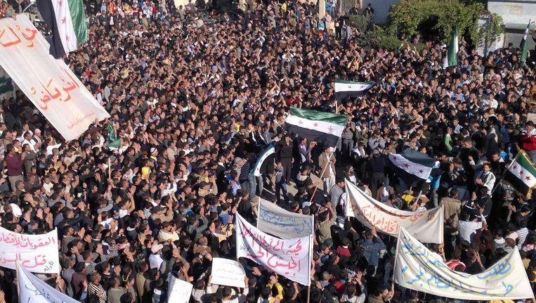 Een demonstratie tegen de Syrische president Bashar al-Assad in Homs, 31 januari. Beeld reuters