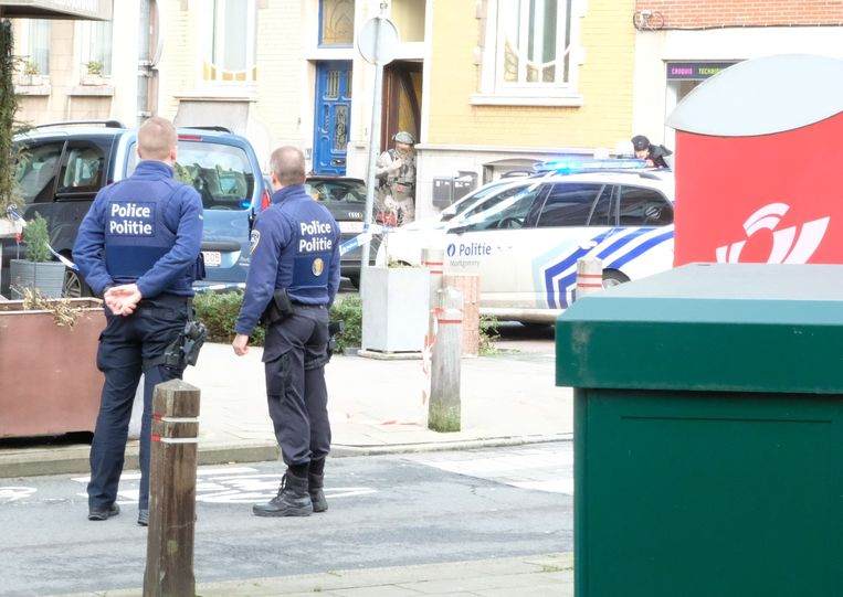 De politie probeert op de man in te praten.