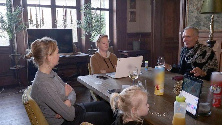 Familie Meiland aan tafel. Beeld