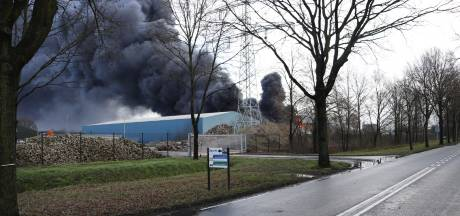 Grote brand bij recyclingbedrijf Venray, gitzwarte rook over A73