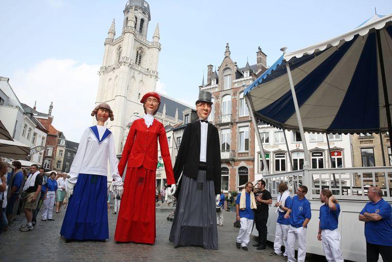 De Reuzen van de Stieweg op de Grote Markt in Halle. Romeo en Juliette trouwen zondag in de basiliek.