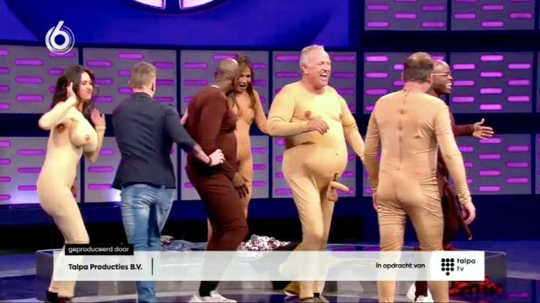 De SBS-kandidaten liepen uiteindelijk in een 'naaktpak' met hun schuimrubber piemels en borsten te shaken.  Beeld screenshot, Renate van der Bas
