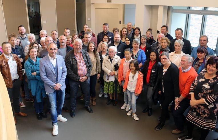 De nieuwe inwoners samen met het gemeentebestuur.