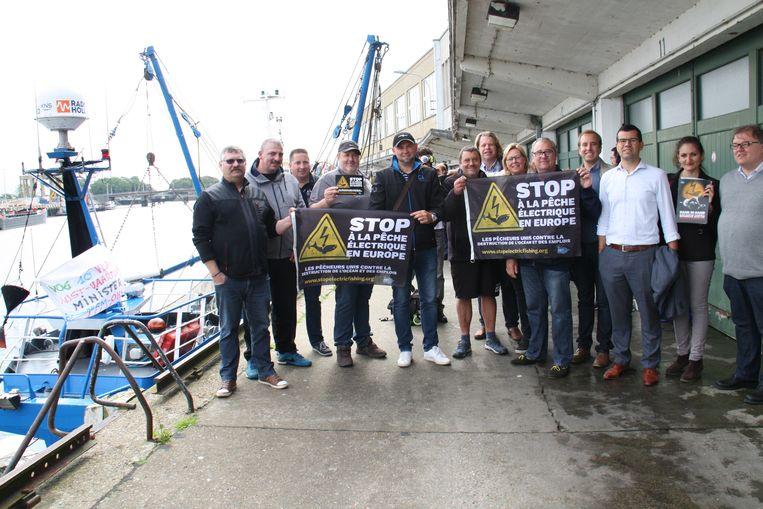 Vorig jaar waren er een paar acties tegen de pulsvisserij in Nieuwpoort. Schepen Vandecasteele herken je uiterst rechts