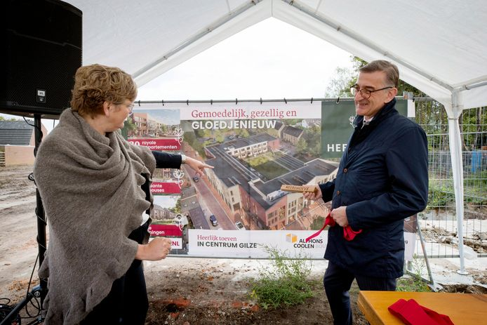 Wethouder Aletta van der Veen en directeur Toin Meeuwsen van projectontwikkelaar Alphons Coolen bij de presentatie van het nieuwe bouwproject in het centrum van Gilze.