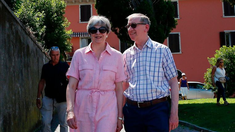De Engelse premier Theresa May en haar man Philip in Desenzano del Garda, een stad nabij het Gardameer in Italië. Beeld null