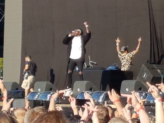 2 Chainz: 'Put those middlefingers in the air'.