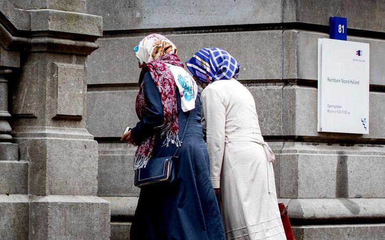 Twee vrouwen komen aan bij de rechtbank voor het kort geding over Gulen-basisschool De Roos. Beeld anp