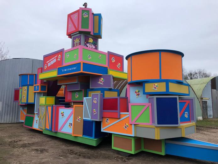 De carnavalswagen van Cv Bej Mekoar Gerapt en Cv de Feestneus van Prins Mike Hijmans d'n 9e in Groesbeek.