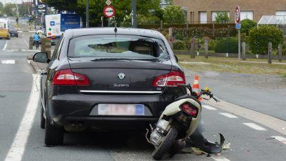 Bromfietser in levensgevaar na klap tegen geparkeerde wagen