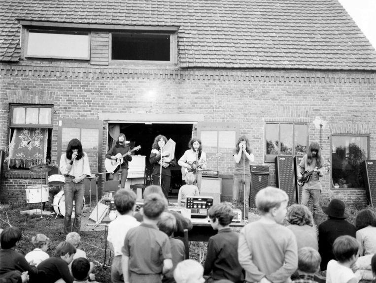 Een optreden van CCC Inc. in hun boerderij in Neerkant, begin jaren zeventig Beeld Molly Mackenzie