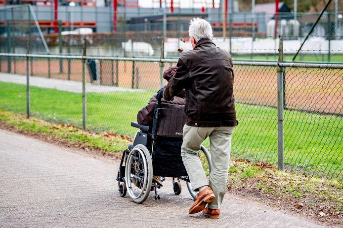 Geertruidenberg wil als minimale blijk van waardering voor de mantelzorg het mantelzorgcompliment in stand houden en niet halveren.