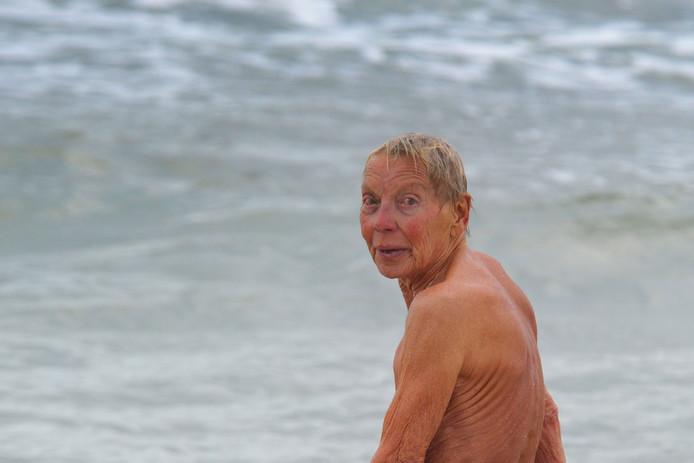 Corrie Neijenbuur gaat de zee in.