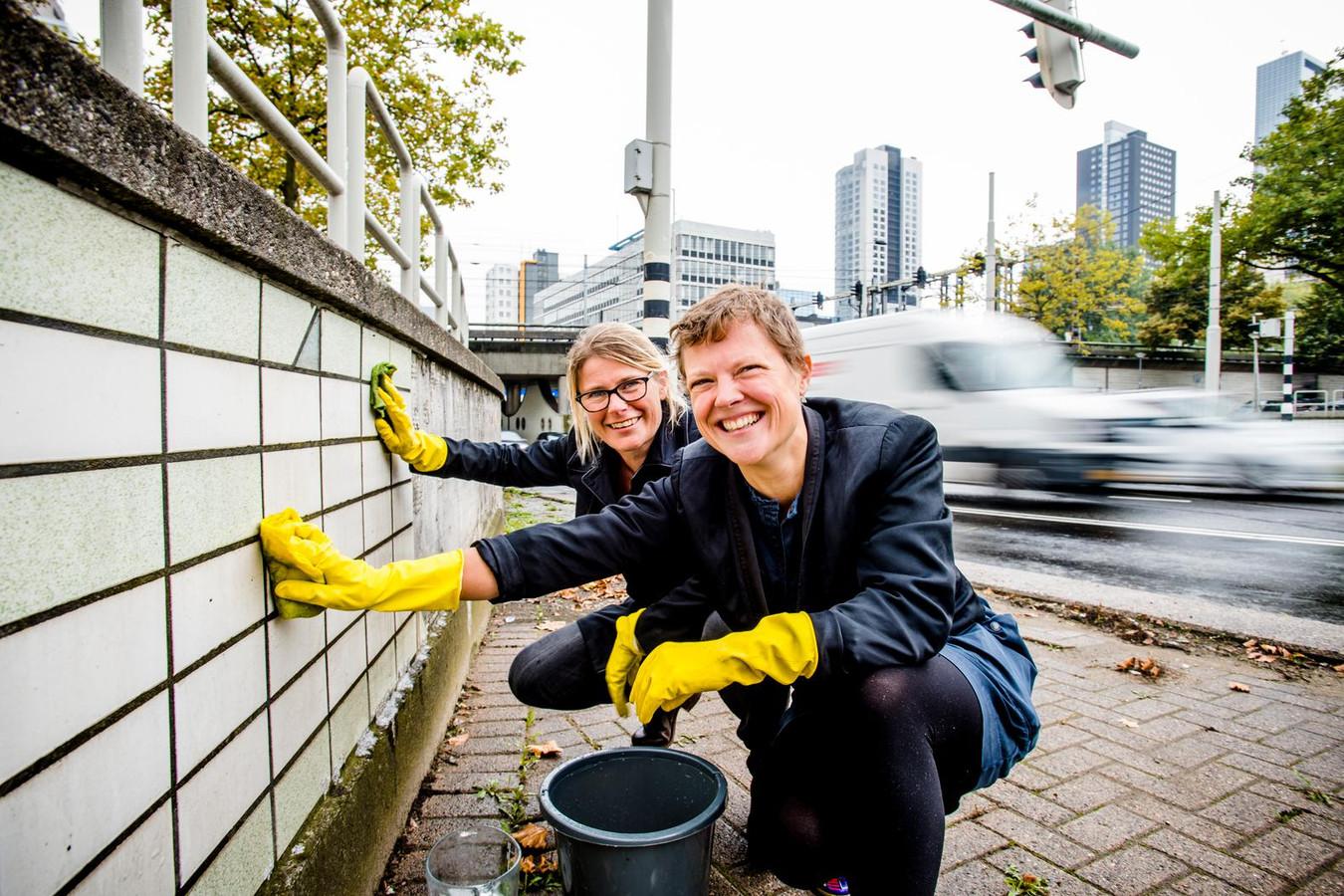 Iris de Kievith (links) en Annemarie Piscaer oogsten de fijnstof op de Schiekade.