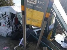 Pakketbezorger rijdt bushalte aan gort langs Groenloseweg