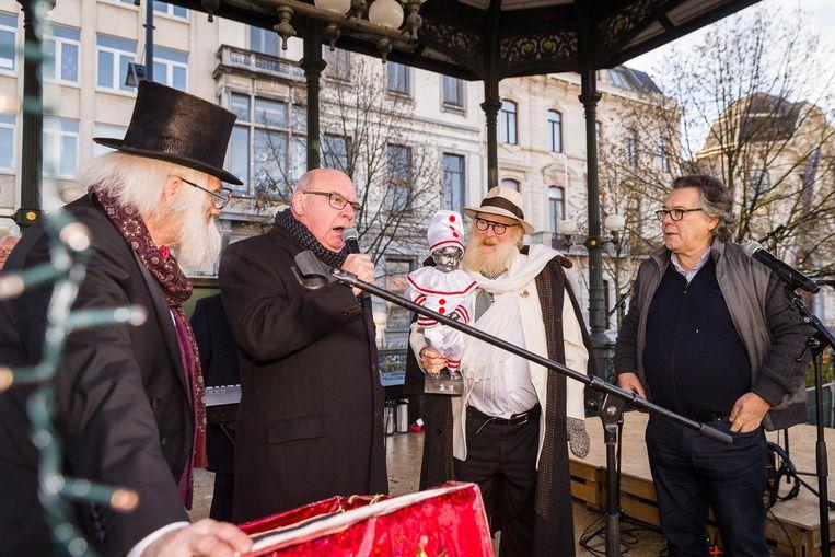 Johan Verminnen (r.), Daniel Termont (tweede van links), toneelregisseur Freek Neirynck met Pierke Pierlala op de arm en popkoning Jean-Pierre Maeren, die de show presenteerde, op de kiosk.
