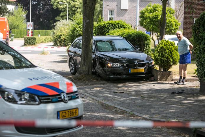 De auto kwam tussen een boom en een muurtje langs de Bredestraat in Nijmegen tot stilstand.