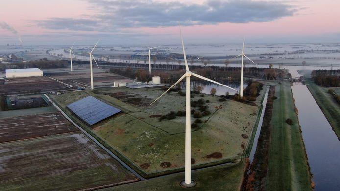 Huidige windmolens in Waalwijk. Nieuwe windturbines worden twee keer hoger.