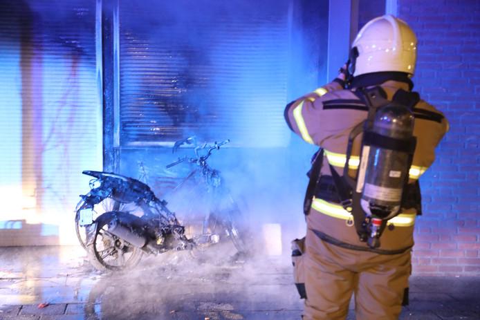 De scooter vloog door een onbekende reden in brand
