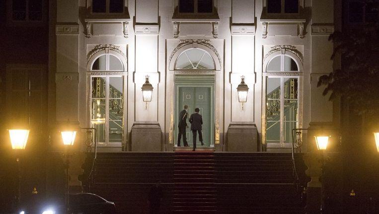 Premier Rutte arriveert vanavond op paleis Huis ten Bosch voor opnieuw een onderhoud met koningin Beatrix. Beeld epa