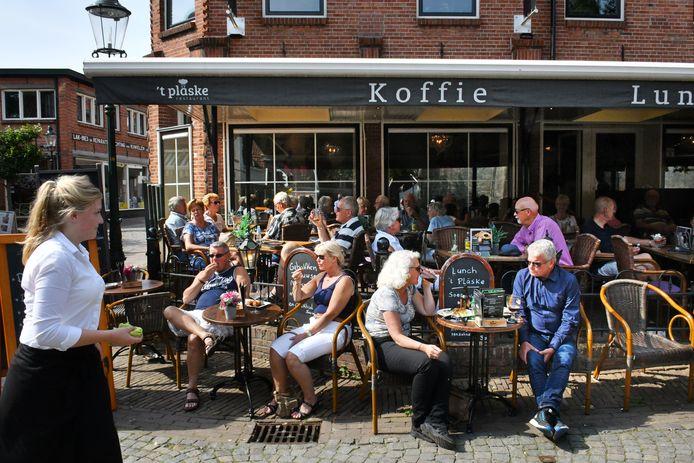 Ootmarsum - Terras 't Pläske aan het Kerkplein in Ootmarsum.