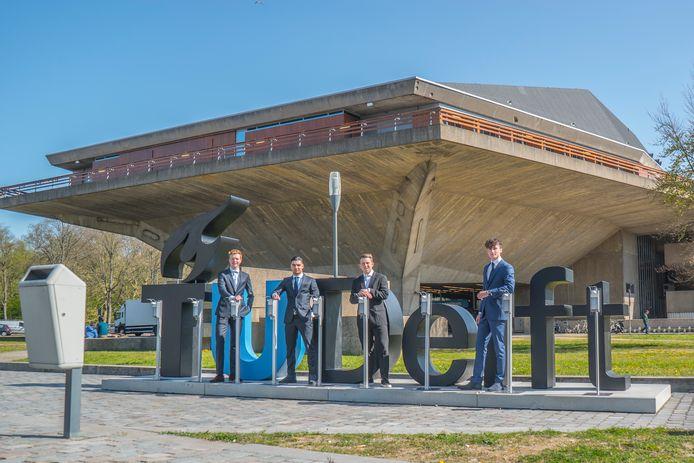 De TU Delft kreeg er woensdag tientallen desinfectiezuilen bij. Van links naar rechts Michell Looij, Taoufik Dijkstra, Niels Anker en  Lukas Beijer van de studentenstartup TD facility.
