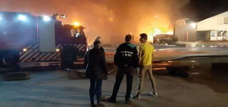Felle brand verwoest keukenwinkel in Sint Maartensdijk: 'Heel familiebedrijf is verloren'