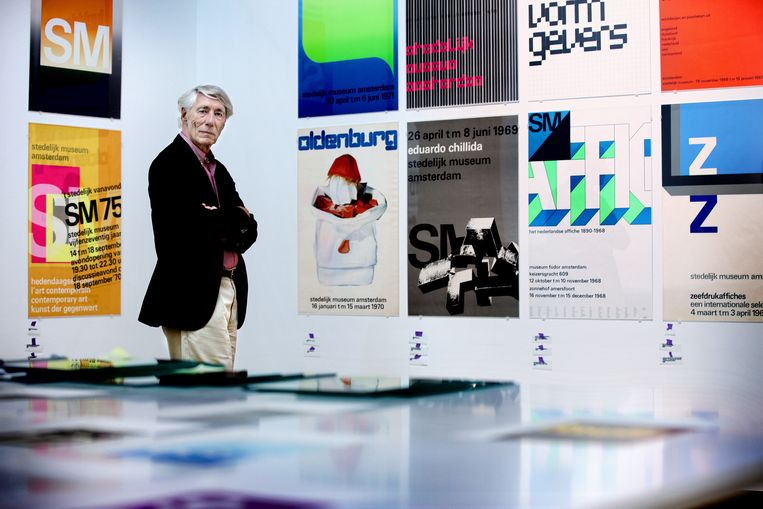 Ontwerper Wim Crouwel temidden van zijn overzichtstentoonstelling in het Stedelijk Museum.  Beeld Jean-Pierre Jans