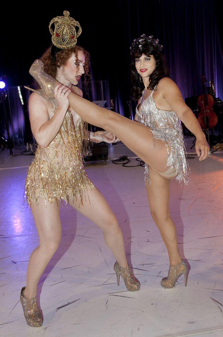Ellen ten Damme (R) en Esther van Boxtel in 2013 tijdens de presentatie van de vernieuwde show Cirque Stiletto 2. Beeld anp