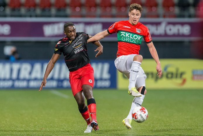Frank Sturing (rechts), hier in duel met Ahmad Mendes Moreira van Excelsior, is op amateurbasis aangehaakt bij FC Den Bosch.