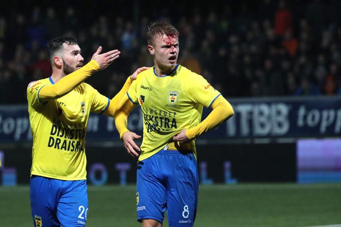 Leed in Leeuwarden: Robin Maulun vraagt tijdens Cambuur-Jong Ajax om medische assistentie voor Jamie Jacobs.