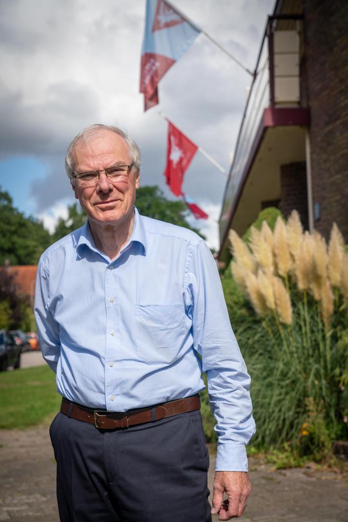 Paul Welling poseert bij zijn huis aan de Bachlaan. Ook hij heeft gekozen voor de speciale jubileumvlag van de herdenking van de Slag om Arnhem.