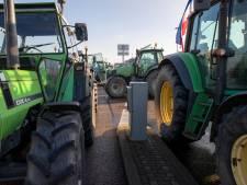 Protesterende boeren uit Friesland en Flevoland rijden samen naar Den Haag