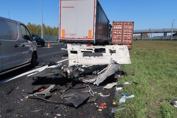 Ongeluk met 2 vrachtwagens en bestelbusje op A16 bij Breda.