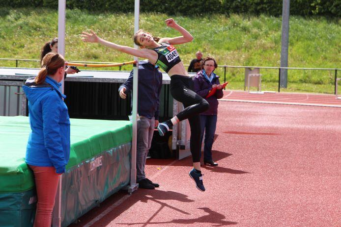 Yorunn Ligneel pakt met een sprong van 1m66 goud op het Kampioenschap van Vlaanderen voor scholieren.