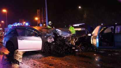 Personenwagens botsen frontaal op elkaar: 28-jarige bestuurder vecht voor zijn leven, twee anderen raken zwaargewond